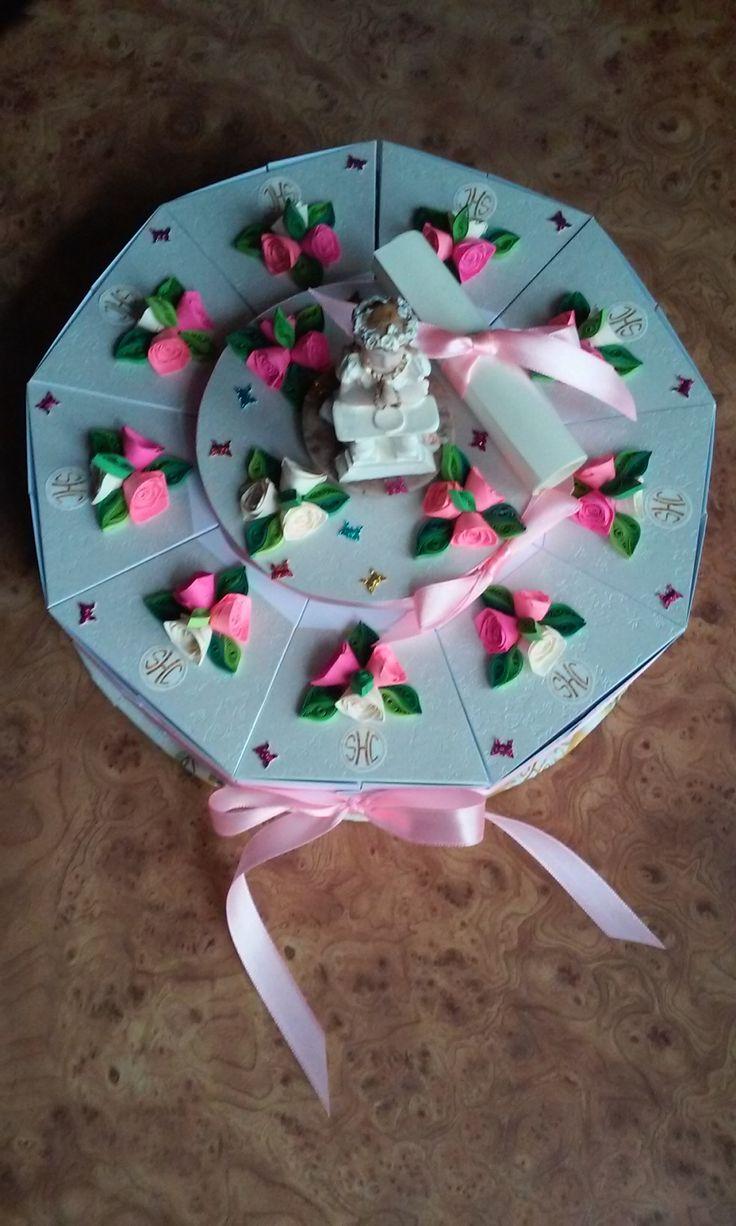 Tort z papieru - jako pamiątka Pierwszej Komunii Świętej. W środku słodkości...