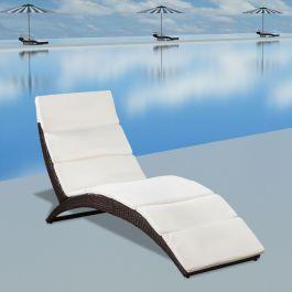 Cette chaise longue élégante en rotin sera idéale pour vous détendre sur votre terrasse ou dans votre jardin. Elle est fabriquée en rotin PE durable, qui est résistant aux intempéries et aux UV, donc la couleur ne se décolore pas au soleil. Cette chaise longue a une structure en acier laqué, ce qui est durable et solide. Le coussin blanc crème est fabriqué en polyester de haute qualité. Le coussin inclus rend la chaise extra douce et confortable. La chaise longue est ergonomique, donc vous…