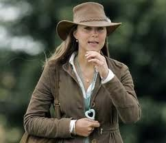 Si los sombreros se usan en la familia real inglesa mas que en ninguna otra, y es la reina Isabel una abanderada en el uso del sombrero, par...