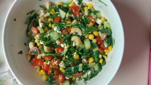 Salát-rukola,rajčata,okurek,kukuřice,kešu oříšky,balkánský sýr