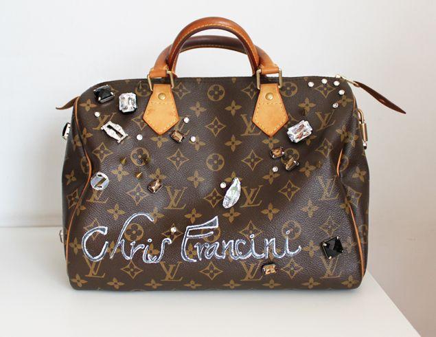 Chris Francini foi a grande responsável pelo início desse meu negócio de customizar bolsas, sabia? Foi ela que viu a minha e disse: você devia fazer isso sob encomenda, para a mulherada! E não é que a coisa deu certo mesmo? Essa aí é empreendedora, viu… E acredita que, só agora, customizei uma bolsa pra …