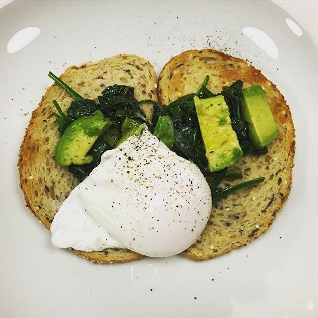 Ik kreeg deze ontbijtsuggestie van @holdyourbreath_be, een recept van @_gordonramseyofficial: toast met gepocheerd ei, spinazie en avocado. Ontdekking van de dag: ik vind het heerlijk om eieren te pocheren. (16/366)  I got this breakfast suggestion from @holdyourbreath_be, a recipe of @_gordonramseyofficial: toast with poached egg, spinach and avocado. Discovery of the day: it's great to poach eggs. (16/366)  #poachedegg #spinach #avocado #toast #gordonramsey #alwayswriting #alwayscooking…