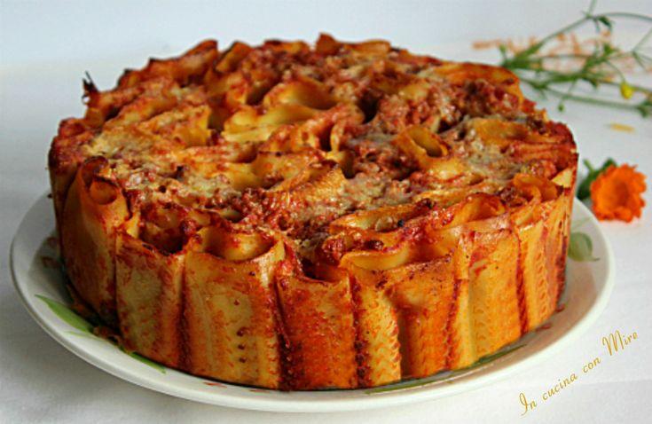 La torta di pasta al forno per la domenica o un giorno di festa è un piatto importante leggero e saporito, i vostri ospiti chiederanno il bis.