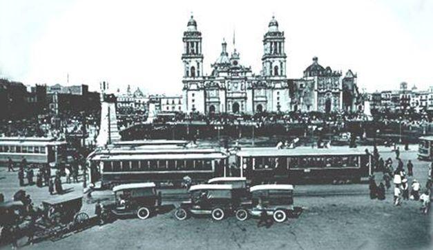 La fotografía es de 1920,en aquellos días la Revolución Mexicana había terminado y el país se llenaba de promesas de progreso; en la imagen se puede observar el ajetreo de pasajeros en las terminales de tranvías.