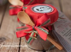 Semplicissimo realizzare un preparato per cioccolata calda fatto in casa. Una bevanda golosa e cremosa proprio come al bar. Pochi ingredienti per un'originale regalo.