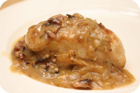 Kipfilet met Kaas Uiensaus en Spek uit de Oven.    Verwarm de oven voor op 175 graden. Bak in een hete koekenpan 150 gram plakjes ontbijtspek tot het knapperig is. Schep uit de pan en houd het apart. Bak in het achtergebleven vet 3 kipfilets aan beide kanten bruin. Haal de kipfilet uit de pan en leg de kipfilets in een ovenschaal. Bak in het achtergebleven vet 2 fijngesnipperde uien met wat peterselie naar smaak tot de uien zacht zijn. Voeg een scheut witte wijn toe en laat de alcohol…