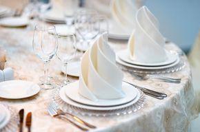 Servietten falten verwandelt jede Tischdekoration im Handumdrehen zum Eye-Catcher. Viele Ideen wie z.B. Rose falten | Anleitungen | Tipps | Beispiele.