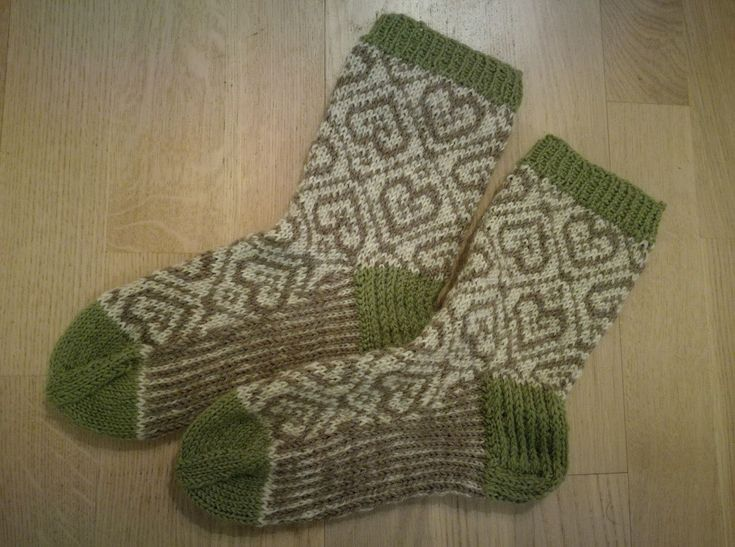Socks with hearts and stripes, Novita Nalle yarn. (Rakas Villasukka special magazine)