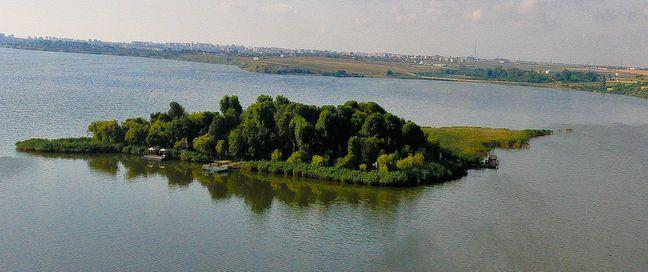 Insula Ovidiu este amplasată pe lacul Siutghiol, la 500 de metri de oraşul Ovidiu