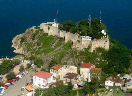 Tirebolu kalesi/Giresun/// Sen Jan Kalesi veya Tirebolu Kalesi, kentin merkezinde denize doğru uzanan yarımadanın üzerinde yer almakta. Deniz içerisindeki doğal bir kaya üzerine kurulan kale, MÖ 15. YY da yapıldığı düşünülmektedir.