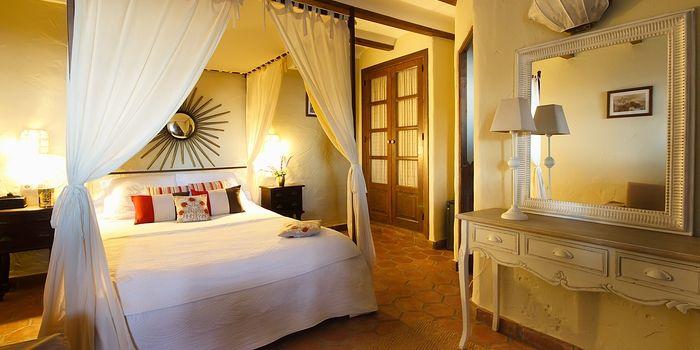HOTEL RURAL LA POSADA MORISCA - Frigiliana :: Charmant landelijk boutique hotel met een smaakvolle persoonlijkheid, even buiten één van de mooiste dorpen in Andalusië. Twaalf individueel ingerichte kamers zijn ondergebracht in een soort huisjes met eigen opgang. Ze hebben alle een badkamer en suite en een terras met uitzicht op de bergen, het dorp en de Middellandse zee. Meer info: www.escapada.eu/la-posada-morisca