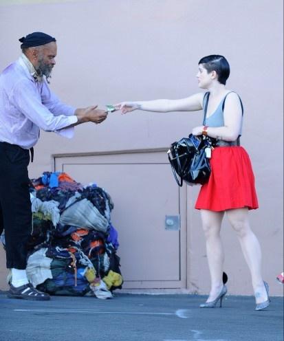 La popular y problemática Kelly Osbourne, hija del líder de Black Sabbath, Ozzy Osbourne, le da un dólar a un indigente en California, EE UU, el 19 de noviembre de 2008. (GTRES)