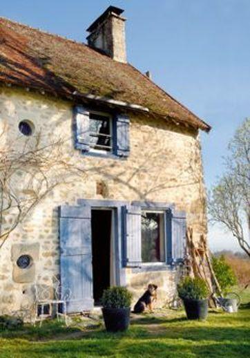 Une jolie maison de campagne qui aurait peut-être besoin d'une rénovation de toiture, une rénovation de façade et une rénovation de ses menuiseries...