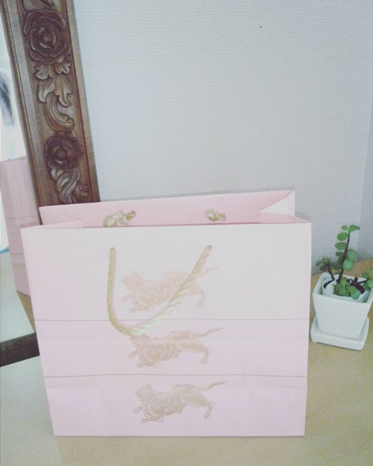 いいね!30件、コメント1件 ― Aiさん(@sara__pocket)のInstagramアカウント: 「#とらや さんの今の時期だけの#ピンク の紙袋🌸かわいぃ 昨日買いに行った#ようかん 。 お使い物に💓  #ベビーピンク 大好きです。 ●今朝の#体重測定 ではマイナス0.6キロでした♪…」