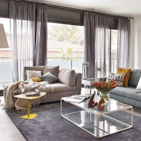 Salón en tonos grises y con gran ventanal