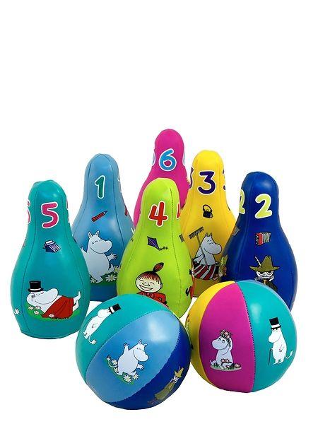 Muumit-keilapeli. Kun keila kaatuu, leikki alkaa! Pehmeitä keiloja ja palloja koristavat muumihahmot. Soveltuu erinomaisesti lapsen motoriikan kehittämiseen ja värien ja muotojen opetteluun tuttujen muumihahmojen parissa. Voi leikkiä sisällä ja ulkona.