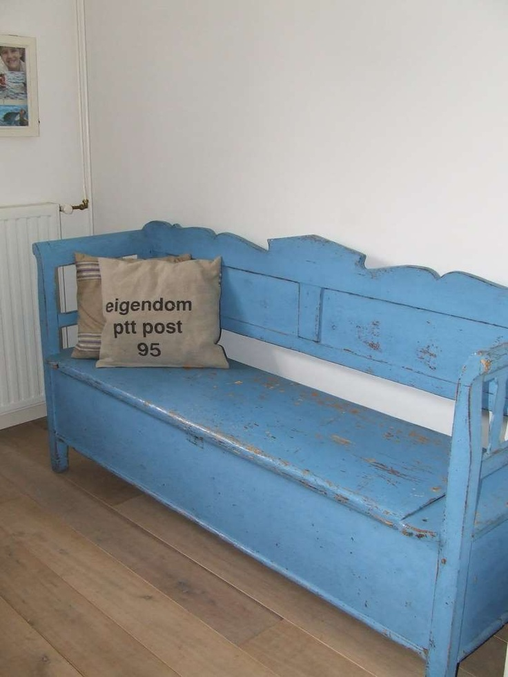I SOOOO want this bench, I'll stain it and make cushions!! YES