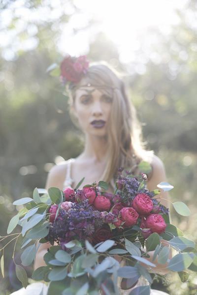 bukiet kwiatów i przypinka do włosów