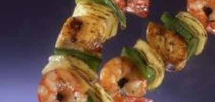 Shrimp shish kabobs can be made with fruits, vegetables or both.