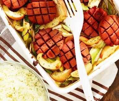 Detta recept på korv i ugn med äppelsky har en frisk och syrlig smak av äpple! Rätten är både snabb- och lättlagad och en spännande variant på husmanskost, där den ugnsstekta falukorven, tillsammans med purjolök, äppelklyftor och rosmarin, bildar en enkel men vinnande middagsmåltid.