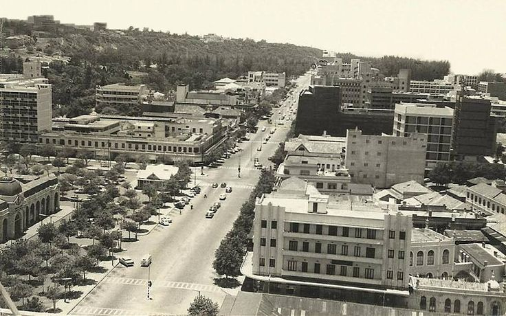A Baixa de Lourenço Marques, anos 60. À esquerda vê-se o Bazar, a seguir o velho Kiok Olímpia em frente a Velha Mesquita, e a dominar a Avenida da República (actualmente, Avenida 25 de Setembro).