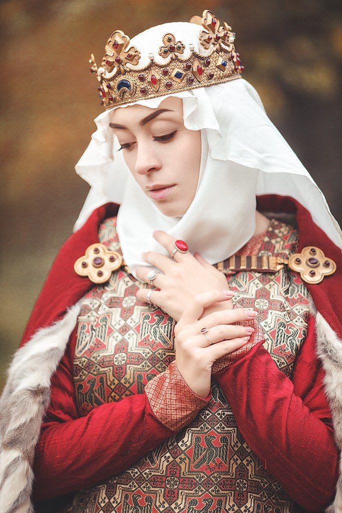 Костюм знатной дамы от нашей одноклубницы Веры. <br>Северная Италия, вторая половина XIIIв. <br>Материалы: шелк, тонкое сукно, мех белки.