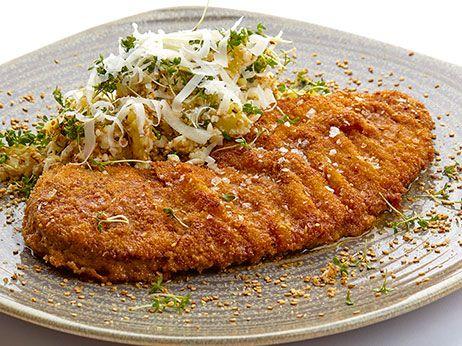 Paprikaschnitzel med blomkåls-kartoffelsalat og sesam