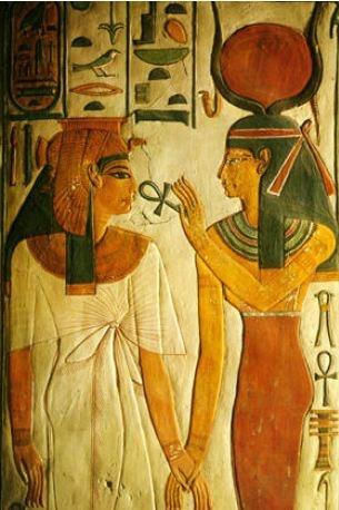 네페르타리의 입에 앵크를 대는 이시스    영원한 생명을 나타내는 앵크  -> 이집트의 신들이 가장 많이 들고 있는 상징 중 하나    앵크 -> 불사를 뜻함.    앵크 -> 성에서 남성과 여성 중 여성을 상징하는  ♀ 의 기원               또한 이집트를 중심으로 한 콥트 기독교의 상징이기도               함.