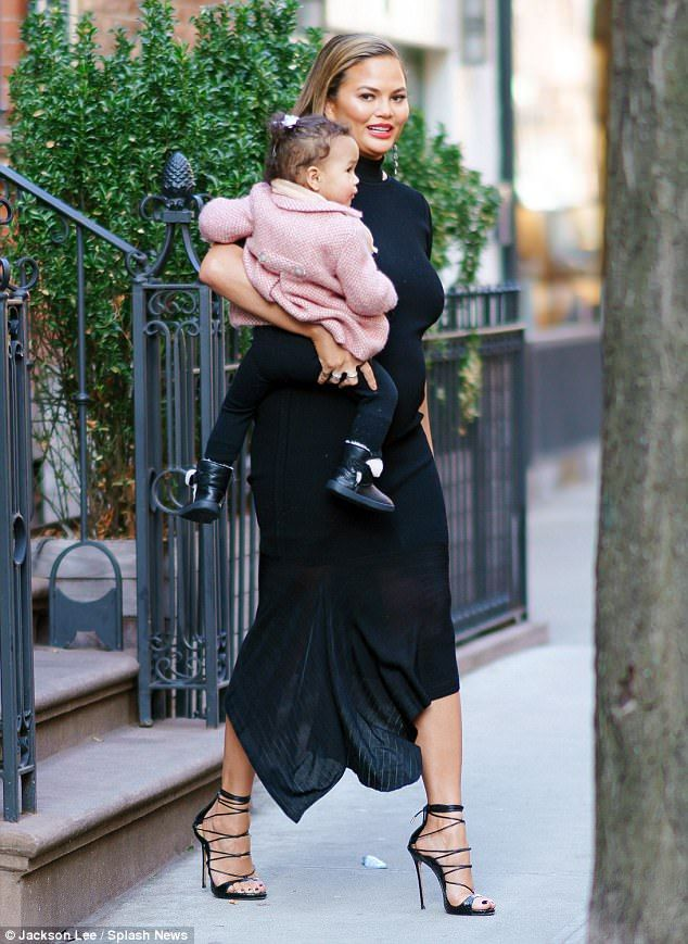Black #Cosmopolitan Pregnant Chrissy Teigen bowed down to Beyonce at Grammys   #AllOfMe, #BillboardCharts, #Chrissy, #CHRISSYTEIGEN, #JOHNLEGEND, #Music, #SUPERMODEL, #TEIGEN         Chrissy Teigen was spotted carrying her daughter Luna in NYC on Wednesday. The supermodel – expecting her second child with husband John Legend – dressed to impress in black as she wrapped her one-year-old in a pink wool coat. The outing comes after the 32-year-old admitted...