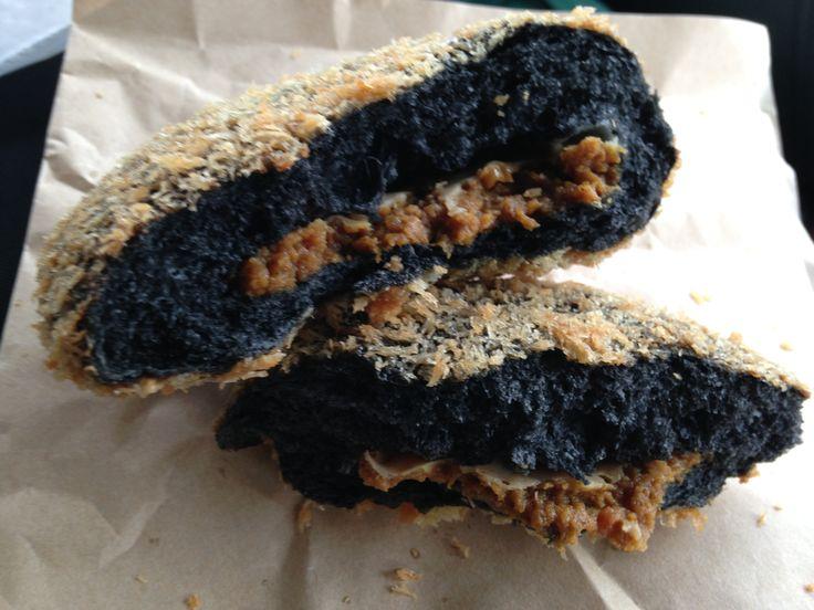 2014.08.25 北陸自動車道 上り線 有磯海SAで見つけた「ブラックカレーパン」カレールーにはブランド牛の氷見牛が入った贅沢な一品です。さっそく購入してパンを割ってみるとこのとおり、とても美味しい一品です。