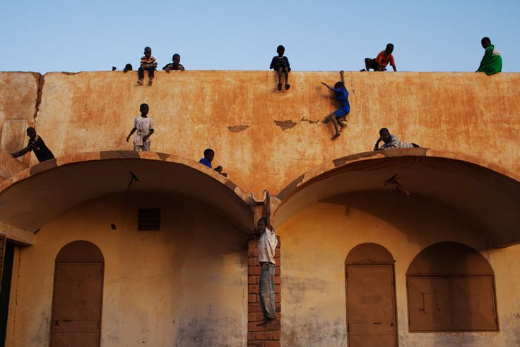 Boys play on the roof in Gao