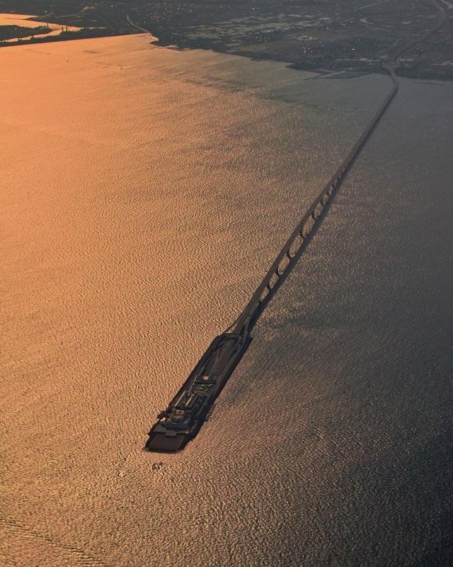 土木構造物写真「海ほたる(東京湾アクアライン)-トンネル部と橋梁部を連結する中継施設-」の紹介です。他にもたくさんの土木構造物の写真があります。