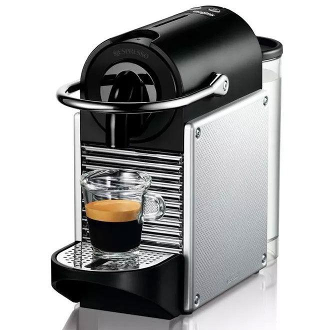 Nespresso Magimix Pixie Metal Aluminium  Nespresso Magimix Pixie Metal Aluminium: klein koffiezetapparaat groots koffiekwaliteit Met de Magimix M110 Pixie Nespresso machine ben je altijd verzekerd van goede koffie! Geniet elke dag van de exclusieve kwaliteit koffie met een keuze uit maar liefst 12 smaken koffie. Magimix heeft er alles aan gedaan om dit een zo makkelijk mogelijk Nespresso machine te maken. Het apparaat is zeer klein en kan overal in huis neer worden gezet. Hij is ook nog eens…