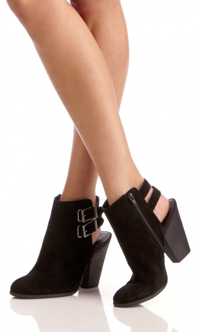 Genuine leather bootie with a stacked heel, a slingback buckle and an easy side zipper