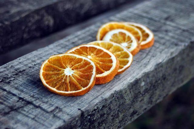Πώς αποξηραίνουμε φέτες πορτοκαλιού και πώς μπορούμε να τις χρησιμοποιήσουμε.
