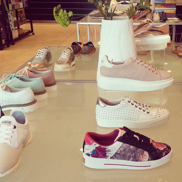 Heerlijk, het is weer lente en dus hoog tijd voor een paar nieuwe schoenen. En, een paar sneakers voor erbij. Lopen niet alleen lekker, maar combineren ook nog eens als de beste. Heb je een feestje, bruiloft of chic diner? Bekijk dan zeker ook onze collectie pumps, sandalen en wedges. De mooiste modellen vind je nu online!