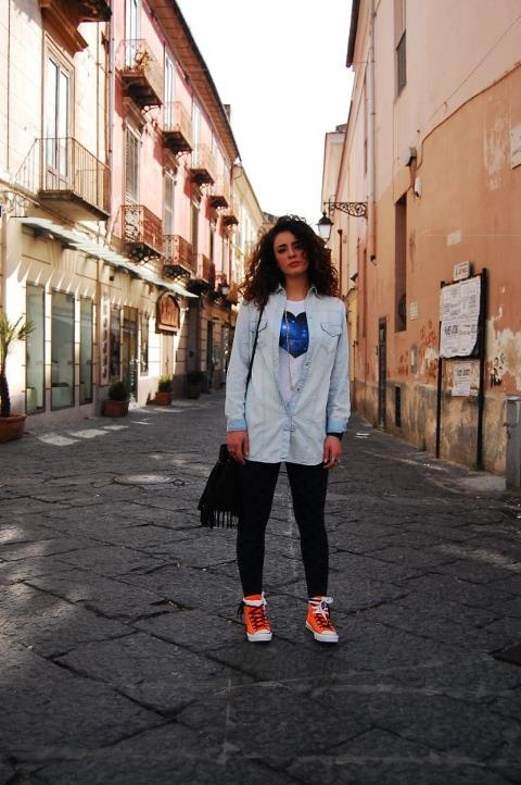 T-shirt BeAW Hearts e total look jeans con Converse All Star Hi con zip laterale. Disponibili in tanti colori fluo negli store AW LAB e sul nostro online shop: http://www.aw-lab.com/shop/refresh-your-style