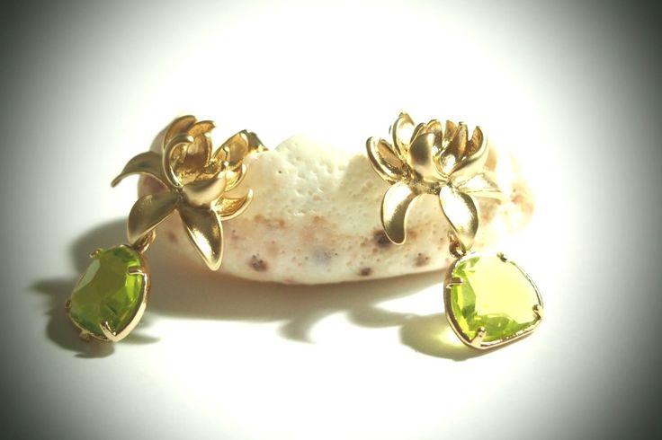 Boucles d'oreille fleur ★Majestueuse orchidée du Siam★ en plaqué or et cristal serti, bijou élégant et chic : Boucles d'oreille par lib-et-lull