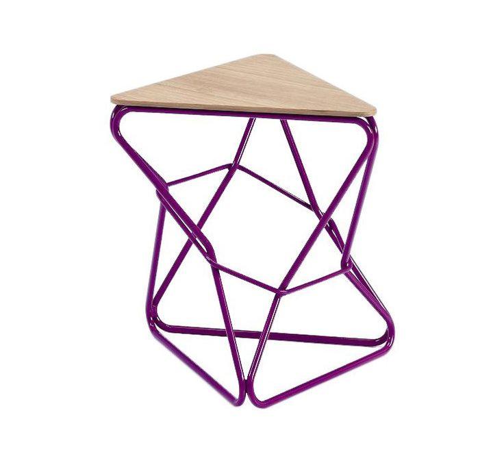 Una seduta triangolare in legno in due essenze chiude un reticolato di tubi squisitamente posizionati.
