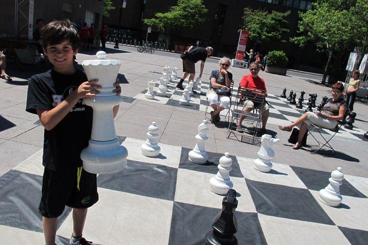 Les jeux d'échecs grandeur nature revitalisent la Place Émilie-Gamelin - 24h L'Actualité