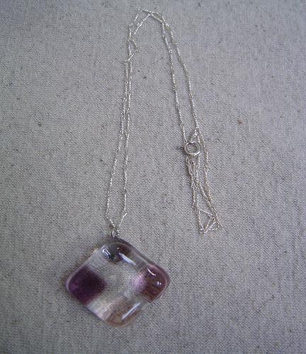 紫系のグラデーションのガラスを透明のガラスの四隅に入れて挟み込ました。今の季節のブラウスの胸元などに、素敵かと思います。<素材> ガラス・ペンダント金具(貼り...|ハンドメイド、手作り、手仕事品の通販・販売・購入ならCreema。