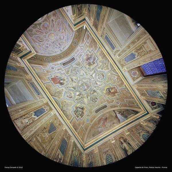 La Cappella dei Priori: qui i Priori delle Arti, ovvero i governanti della Firenze medievale, si ritiravano in preghiera prima di riunirsi per le decisioni pubbliche nella sala adiacente, la Sala delle Udienze. L'ambiente era nel Trecento più essenziale, poi conosce un importante rinnovamento tra il 1511 e il 1514 grazie all'opera di Ridolfo del Ghirlandaio, che la decora con motivi ornamentali su fondo dorato a finto mosaico e con iscrizioni che alludono a un buon esercizio del governo.
