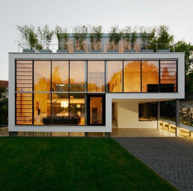 CHRIST.CHRIST Architects a conçu cette habitation de 4 étages pour une famille à Karlsruhe, en Allemagne. La maison unifamiliale est accessible par un parvis et une rampe.  Les étages sont reliés par un escalier ouvert et un ascenseur. La rampe et l'intégration d'un ascenseur se réfèrent à l'évolution des occupants et à possible handicap. Au rez-de-chaussée, on retrouve l'entrée, un espace bureau, un salon à double hauteur avec cuisine et salle à manger.