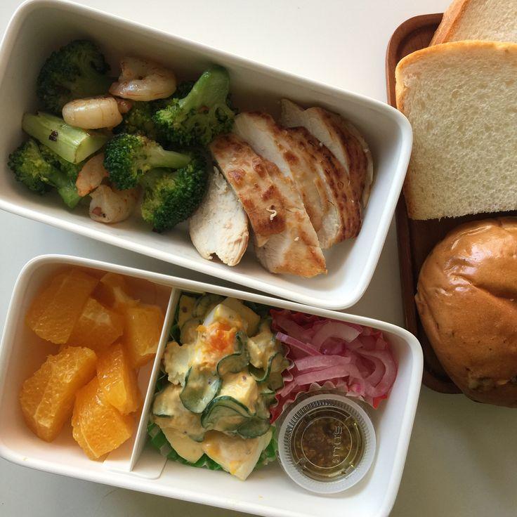 鶏むね肉のしっとりソテー・マスタードソース、ブロッコリーとエビ炒め、玉子サラダ、タマネギ酢漬け、パン、ネーブル