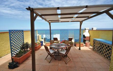Ivan  Villa verdeeld in 3 appartementen bij het strand aan de kust van Castelsardo. Vanaf het grote gemeenschappelijke terras dat is uitgerust met ligstoelen en een barbecue heeft u direct toegang tot het strand via trappen. Uw appartement bevindt zich op de begane grond en heeft een eigen buitenruimte dat grenst aan het gemeenschappelijke terras en is uitgerust om buiten te eten met een ontspanningsruimte. Vanaf het terras de woonkamer en de tweepersoonskamer heeft u een heel mooi uitzicht…