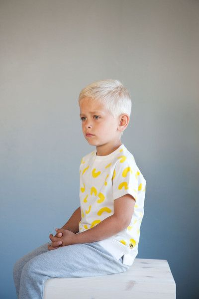 LUKA t-shirt - Natural white - Yellow Cheese Doodles print. Photo: Therese Fische