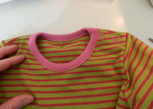 LinVins zeigt Euch am Beispiel der MiniBasics, wie Ihr ein Shirt mit amerikanischem Ausschnitt in eines mit Knopfleiste an der Schulter abändern könnt:
