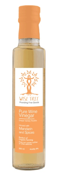 Mandarin peel gloriously combined with the sweet aromas of cinnamon, cloves and allspice give to white wine vinegar a light, playful and exotic character. A few drops instantly brighten any dish.
