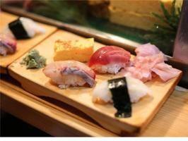 IL SUSHI A TOKYO - Cibo e turismo sono un binomio perfetto. Ma quali sono i cibi che ogni viaggiatore dovrebbe assaggiare nel mondo? Ce li segnala il blog di cucina purewow.com che mette in fila i 21 piatti da provare almeno una volta nella vita. La prima pietanza segnalata è il sushi e il blog propone di gustarlo nella sua terra d'origine, Tokyo (a cura di Francesco Tortora).