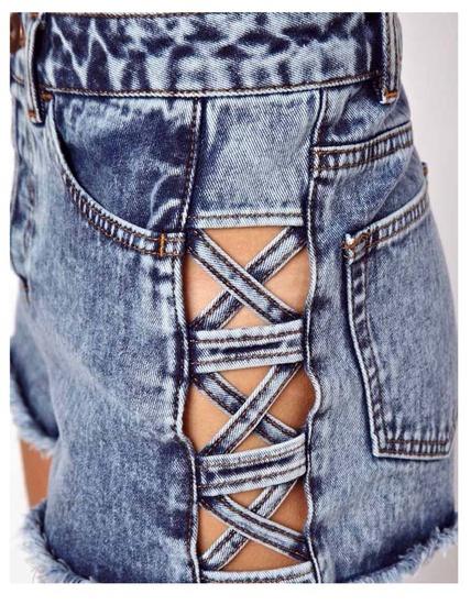 Pantalones cortos vaqueros de talle alto con lavado ácido y rejilla lateral de Asos (39 euros)